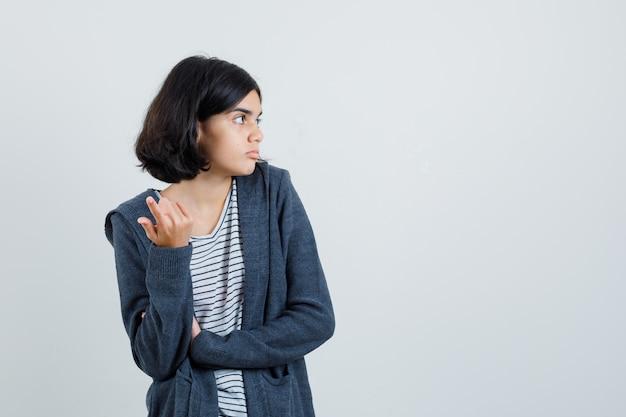 Meisje verhogen hand in verbaasd gebaar in t-shirt