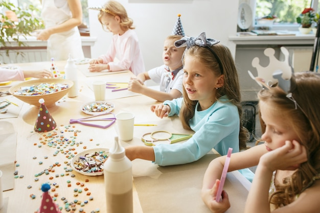 Meisje verjaardagsdecoratie. tafelsetting met gebak, drankjes en feestgadgets.