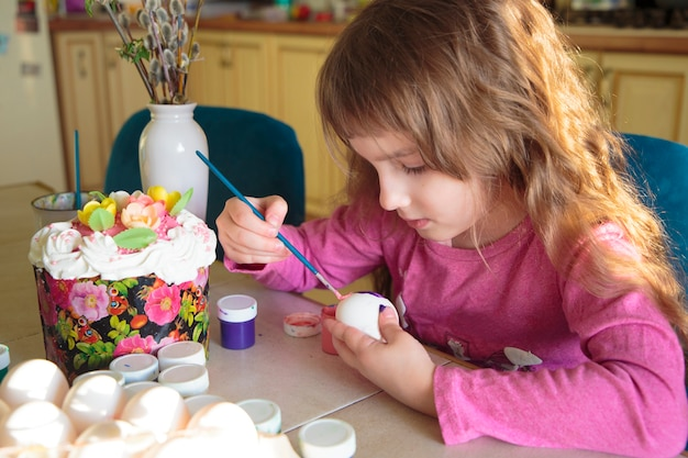 Meisje versieren eieren voor orthodox pasen