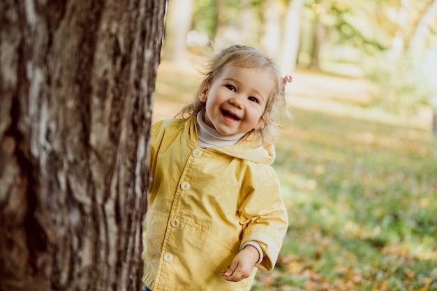 Meisje verstoppertje spelen in het park