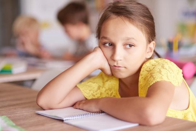 Meisje verveelde zich tijdens de les