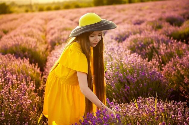 Meisje verzamelt een boeket lavendel,