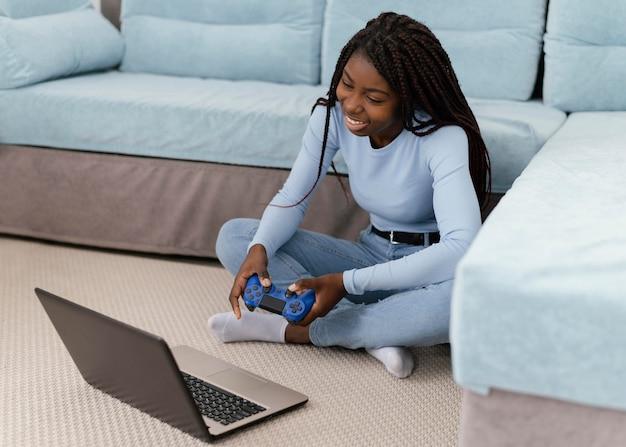 Meisje videogame spelen met laptop