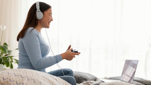 Meisje videogame spelen op laptop