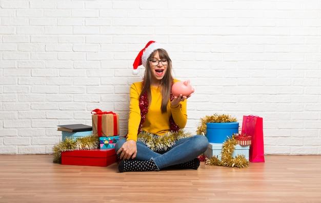 Meisje viert de kerstvakantie verrast terwijl een grote spaarpot
