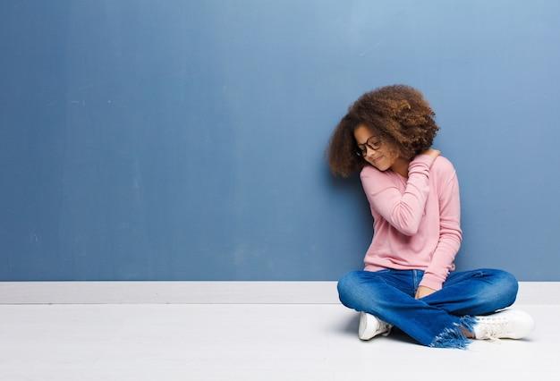 Meisje voelt zich moe, gestrest, angstig, gefrustreerd en depressief, lijdt aan rug- of nekpijn