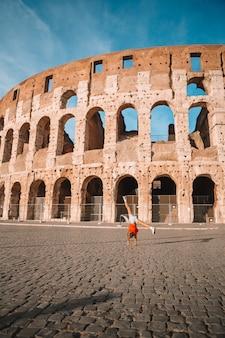 Meisje voor colosseum in rome, italië