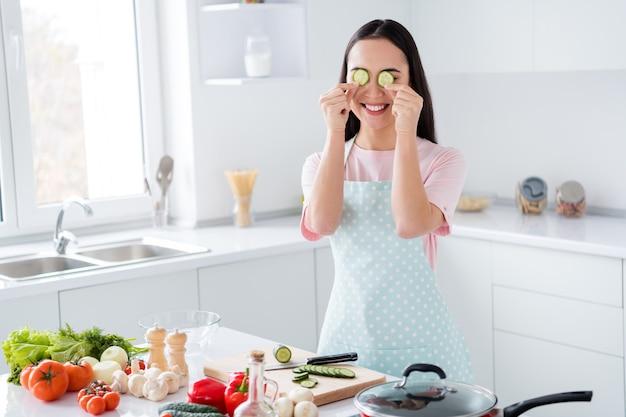 Meisje voorbereiding van de lunch in moderne keuken