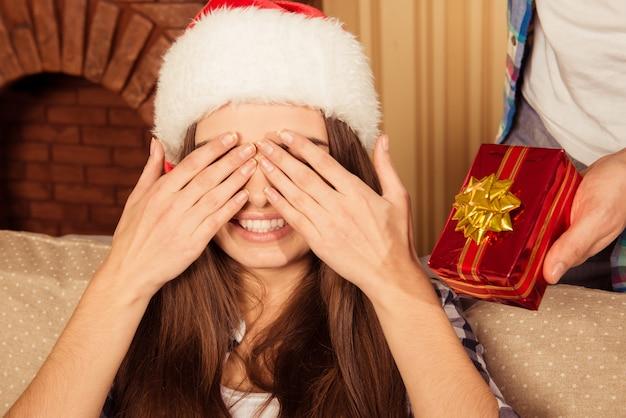 Meisje wachten kerstcadeau sloot haar ogen