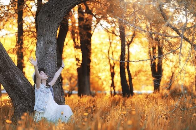 Meisje wandelen in het herfstpark. herfst in de stad, meisje met papa voor een wandeling. ouders lopen met kleine kinderen. herfst park mensen