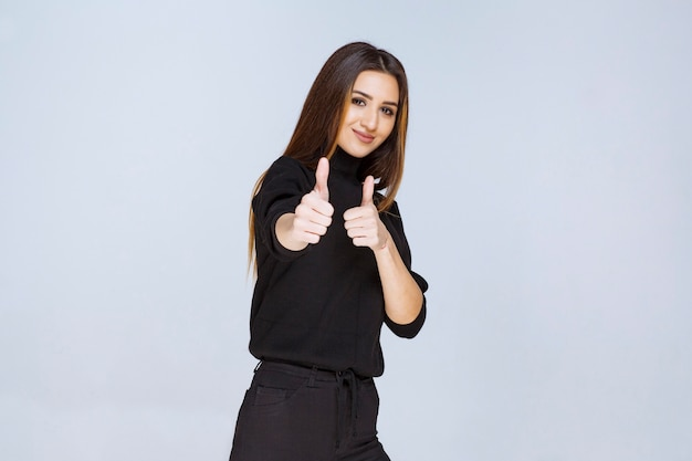 Meisje weergegeven: duim omhoog teken. hoge kwaliteit foto
