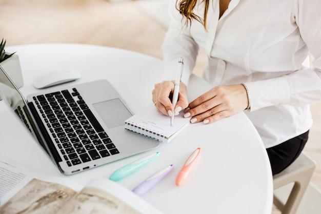 Meisje werkt op de computer, met behulp van computer voor werk, bloggen, vrije tijd en entertainment