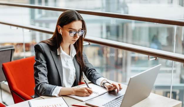 Meisje werkt op een laptop op de werkplek
