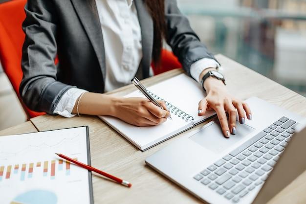 Meisje werkt op een laptop op kantoor