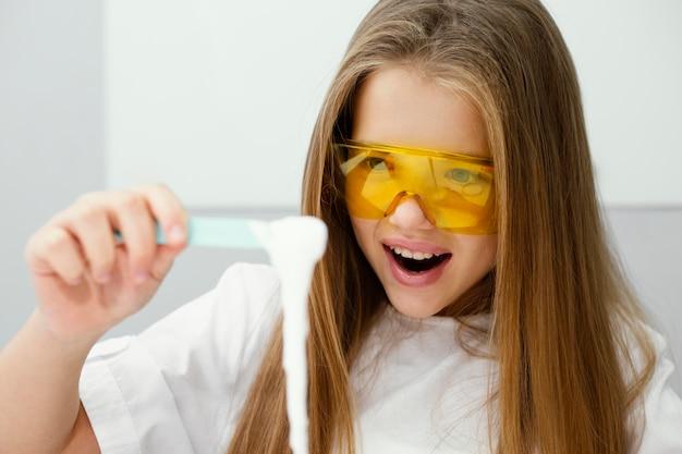Meisje wetenschapper plezier maken van slijm in het lab