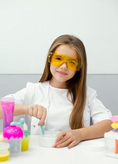 Meisje wetenschapper plezier maken van slijm in het laboratorium