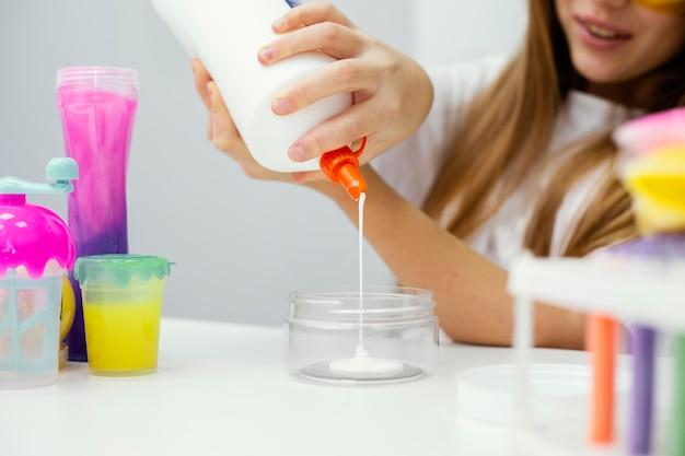 Meisje wetenschapper slijm maken in het lab