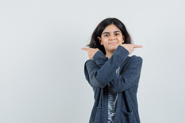 Meisje wijzende vingers opzij in t-shirt