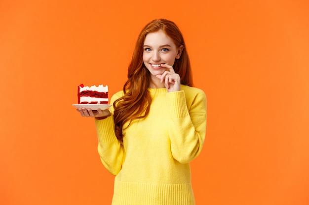 Meisje wil haar stuk taart delen met geliefde. romantisch gekke schattig vriendin rand stuk dessert