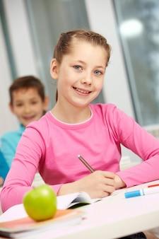 Meisje zitten met klasgenoot achtergrond
