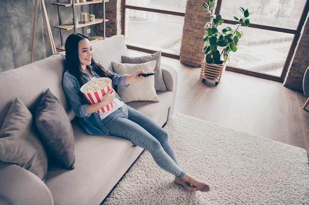 Meisje zittend op de bank tv kijken