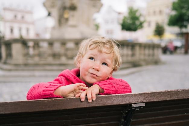 Meisje, zittend op de bank
