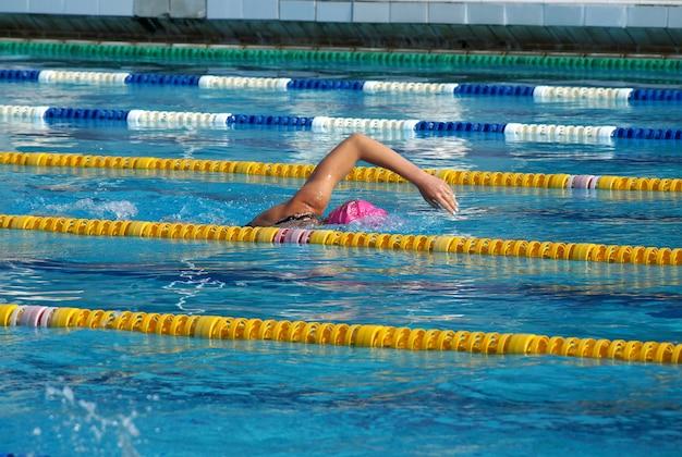 Meisje zwemmer in het buitenzwembad