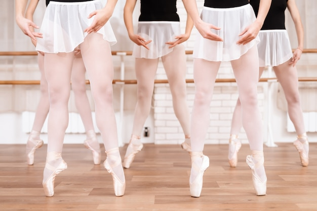 Meisjes balletdansers repeteren in balletles in pointe.