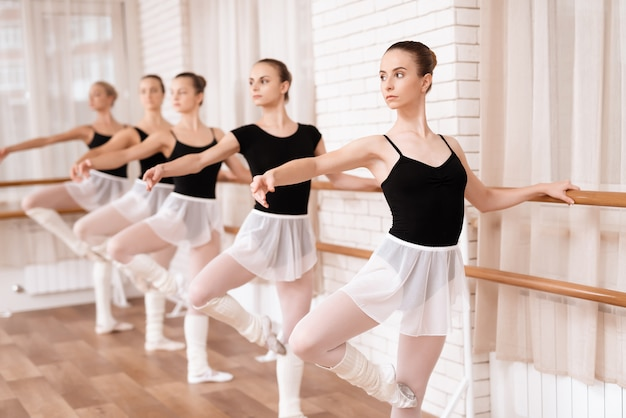Meisjes balletdansers repeteren in balletles.