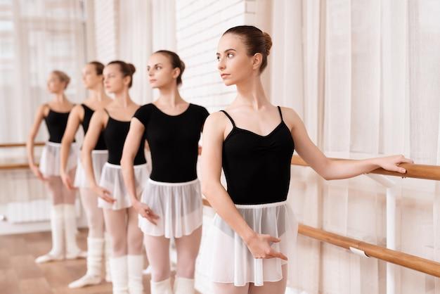 Meisjes balletdansers repeteren in balletles.