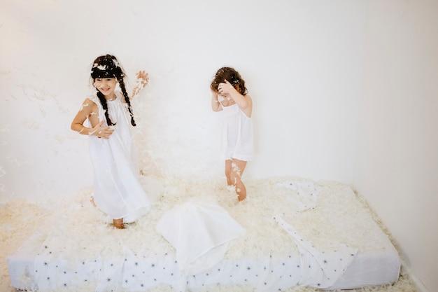 Meisjes bedekt met veren