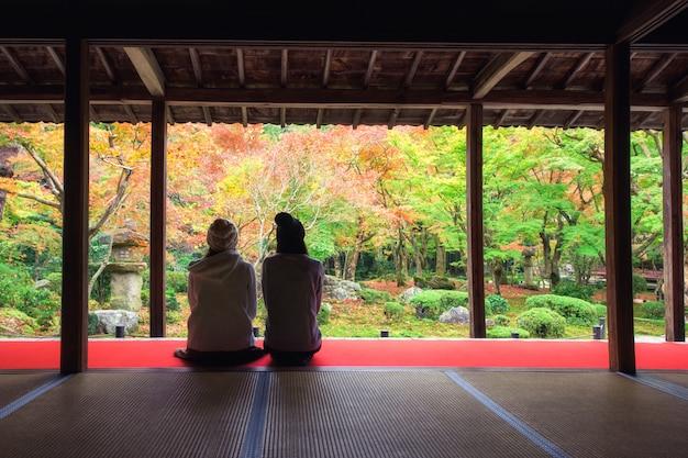 Meisjes bij enkoji-tempel in de herfst, kyoto