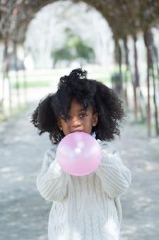 Meisjes blazende ballon buiten