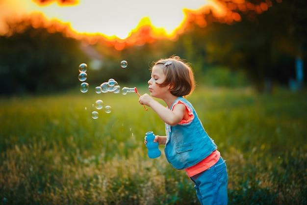 Meisjes blazende zeepbels in openlucht