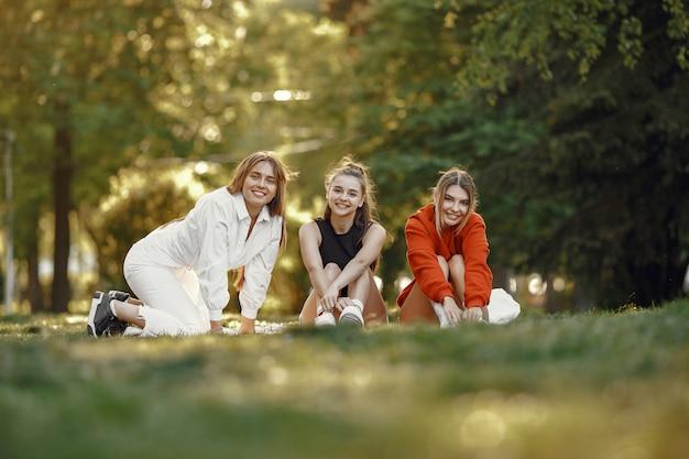 Meisjes brengen tijd door in een zomerpark