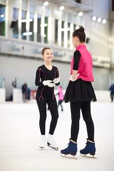 Meisjes chatten op de ijsbaan