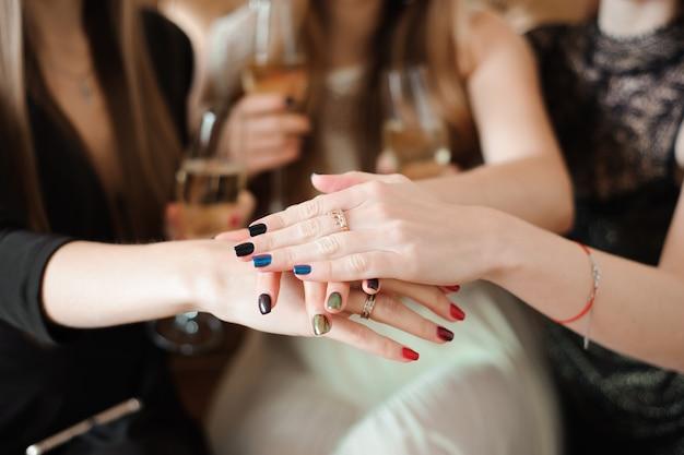 Meisjes de handen ineen