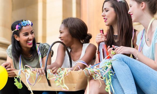 Meisjes die champagne hebben die samen op vrijgezellenfeest vieren