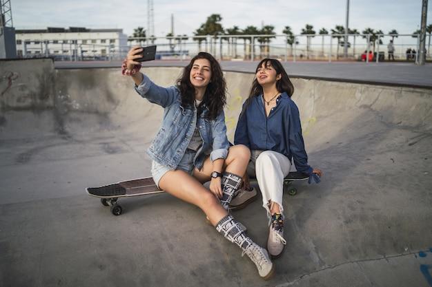 Meisjes die een foto van zichzelf maken in een skatepark