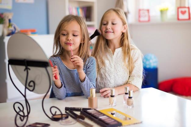 Meisjes die hun allereerste make-up doen