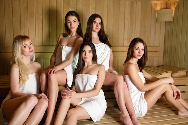 Meisjes die in de sauna ontspannen.