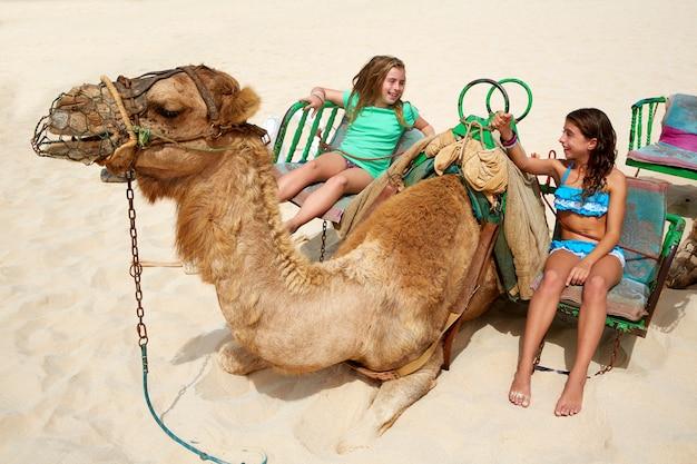 Meisjes die kameel berijden in canarische eilanden