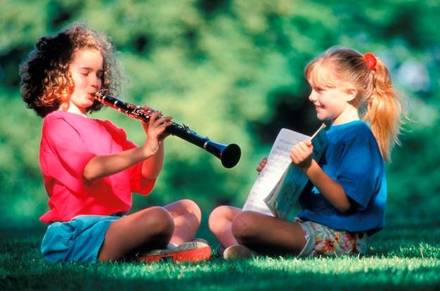 Meisjes die muziek in park uitoefenen