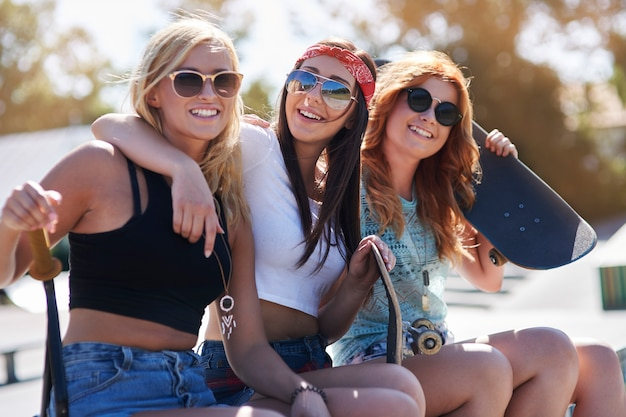 Meisjes die plezier hebben in skatepark
