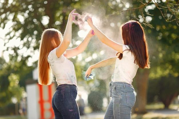 Meisjes die pret hebben in een park met holiverven