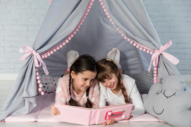 Meisjes die samen lezen