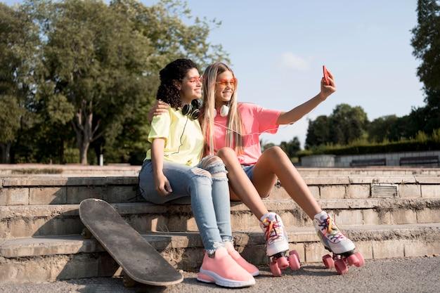 Meisjes die selfies buitenshuis nemen