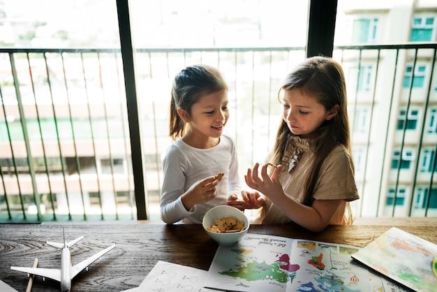 Meisjes die shack break concept eten