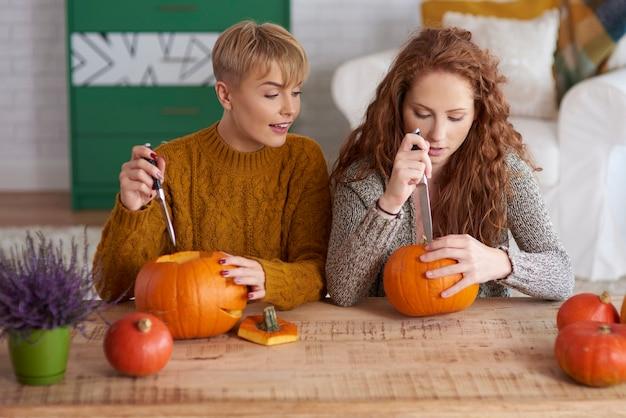 Meisjes die versieringen maken voor halloween