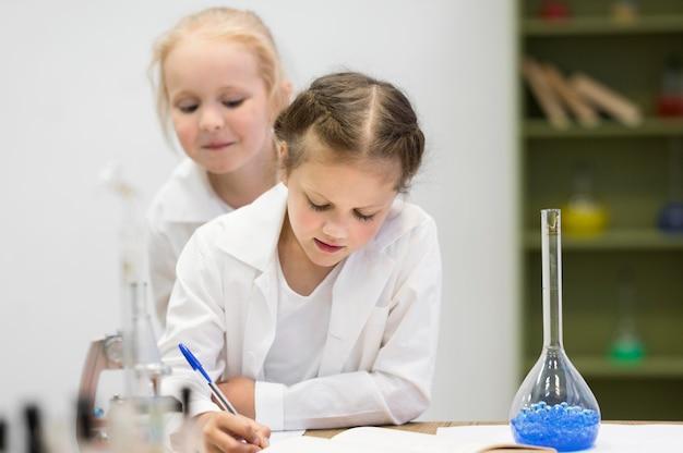Meisjes die wetenschap leren